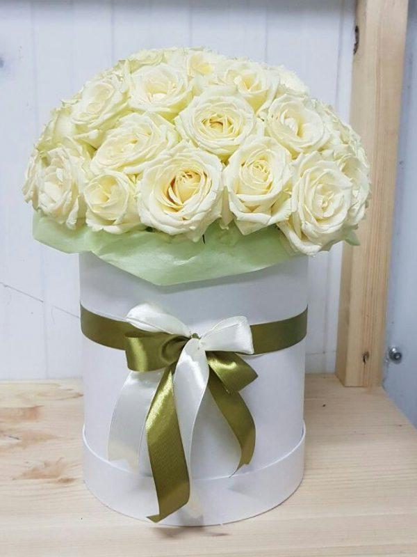 Коробкой с 31 белой розой