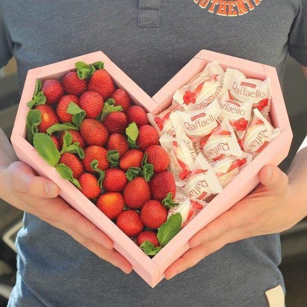 Коробка в форме сердца с клубникой
