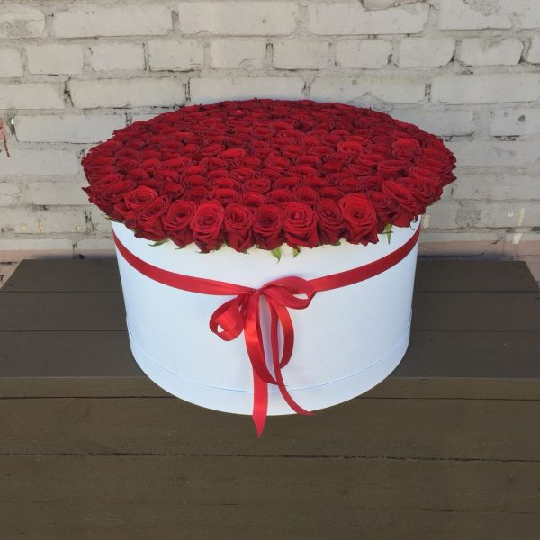 Шляпная коробка со 151 красной розой