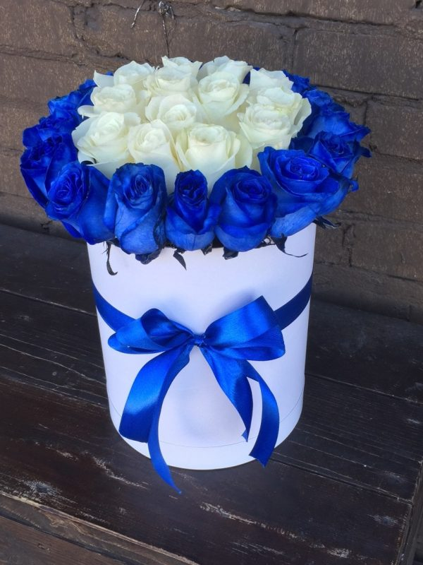 Коробка с синими и белыми розами