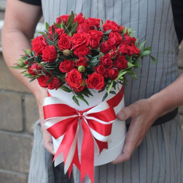 Коробка красных кустовых роз
