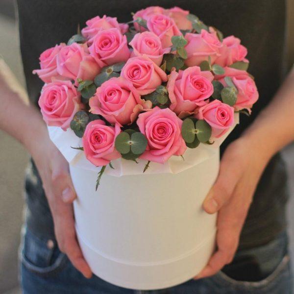 Розовая роза в коробке с эвкалиптом