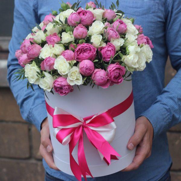Пионовидная и кустовая роза в коробке
