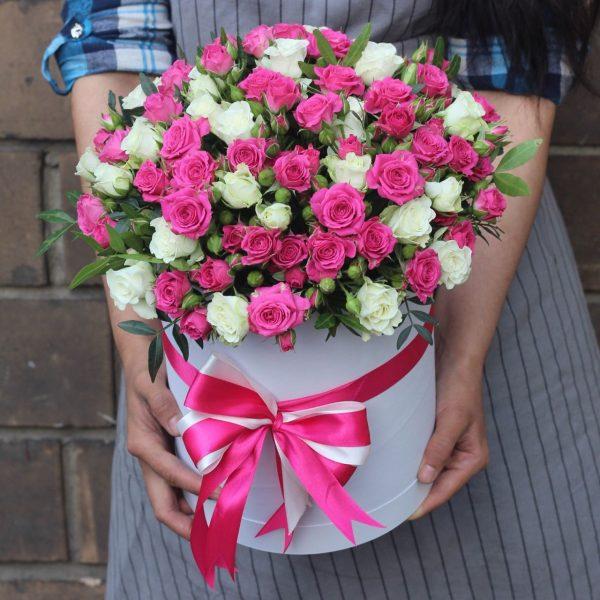 коробка с розовыми и белыми кустовыми розами