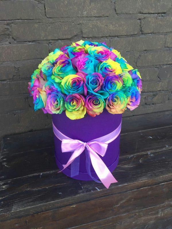 Шляпная коробка с радужными розами