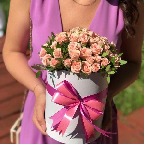 Коробка кремовых кустовых роз