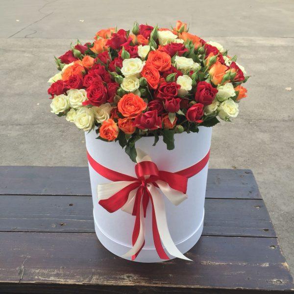 красные, белые, оранжевые кустовые розы в коробке