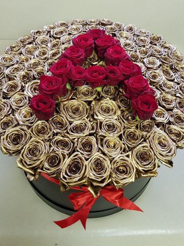 Шляпная коробка с золотыми и красными розами