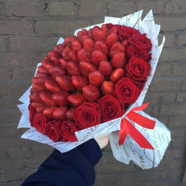 красные розы с клубникой